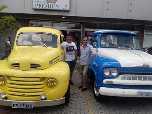 Ademir e Guidinho Fecchio levaram suas picapes antigas, uma Ford 48 e Chevrolet 63
