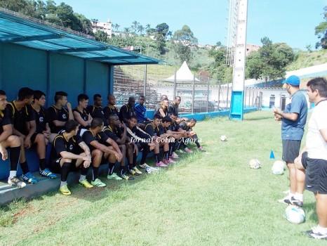Marcos Paulista conversa com elenco