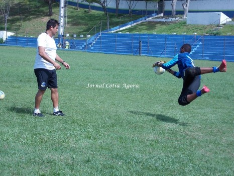 Preparador Rangel treinando goleiro da base