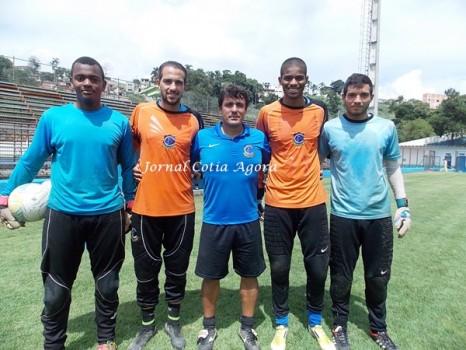 Auxiliar técnico Marcelo Rangel (ao centro) e os goleiros Caio, Bruno Dantas, Mateus Veloso e Alexandre