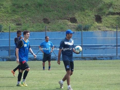 Técnico Marcos Paulista orientando último treino antes do jogo