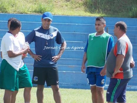 Resenha de Marcos,Jailson, Leandro, Edson e o ex volante do clube, Jonathas (de colete)