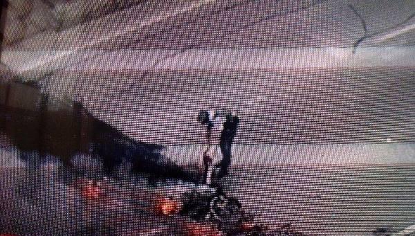 Policial apaga fogo com extintor