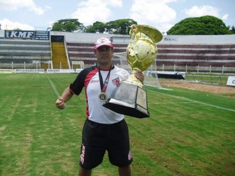 Com o troféu de campeão no sub-20 do Taboão da Serra