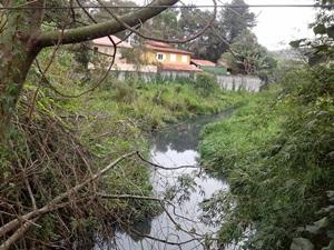 Rio Cotia totalmente poluído