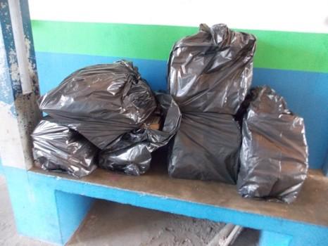 Parte dos livros doados foram levados em sacos plásticos para proteger da umidade