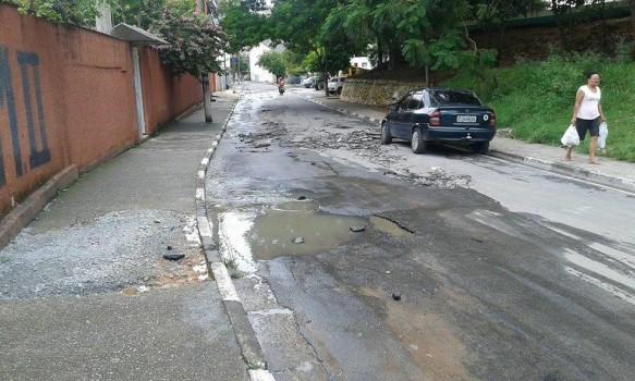 Rua Exacta com asfalto destruído