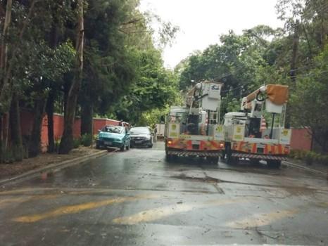 Avenida Odair Pacheco, em frente ao CT, interditada. Foto: Fátima Espinosa