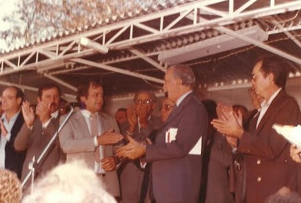 Silas (ao microfone) quando prefeito, ao lado de Franco Montoro
