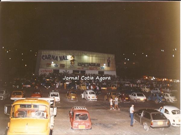 1985. Carnaval da noite do Suvacão. Reparem nos carros da época...Passatão, fuscas, Parati, Variant, e o caminhãozão Mercedes