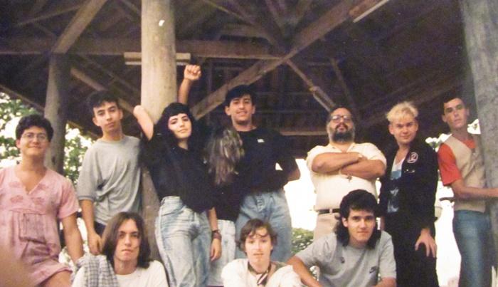 Encontro de fanzineiros em Santos, 1987. Edu Coruja (Press), Jânio (Auto Gestão), Carla (colaboradora do zine Absurdo), Janete e Sandro (Auto Gestão), Zé (Ilha Porchat), Bird (radialista), Beto Vandenbrande (irmão da Paula), Kiko (poeta), Paula Prata Vandenbrande (Zine Absurdo), Beto Kodiak (Press)