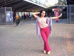 A atriz cotiana Nathalia Saphyra posa para fotos na entrada do Centro Cultural São Paulo