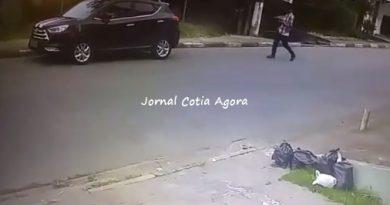 Ladrão de camisa xadrez aparece na imagem no momento da ação