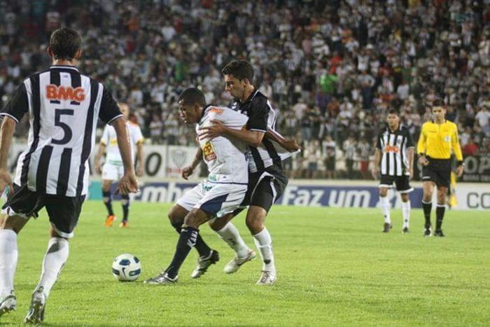 Em campo enfrentando o Atlético Mineiro