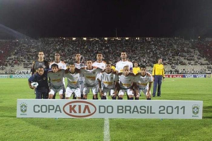 Jogando a Copa do Brasil 2011 contra o Atlético Mineiro (4º jogador abaixado)