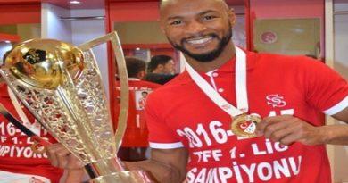 Jogador de Cotia faz gol em final e é campeão no futebol da Turquia