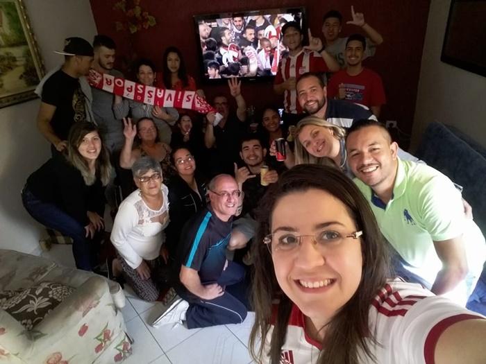 Família e amigos reunidos assistindo ao jogo