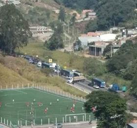 Foto do leitor Everton mostra a confusão e trânsito na via