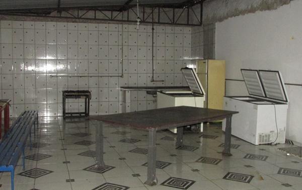 Cozinha tem freezers, fogão e estrutura para fazer a comida para a festa
