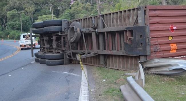 Carreta e carro tombam após colisão na Raposo Tavares