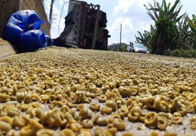 Carreta carregada com 26 toneladas de azeitona tomba em São Roque