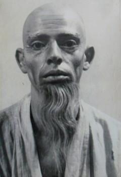Vovô Tanaka, interpretado por Ohnet
