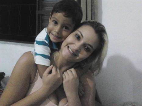 Camile e o filho, em foto feita no Brasil e que ela postou no dia do aniversário do garoto