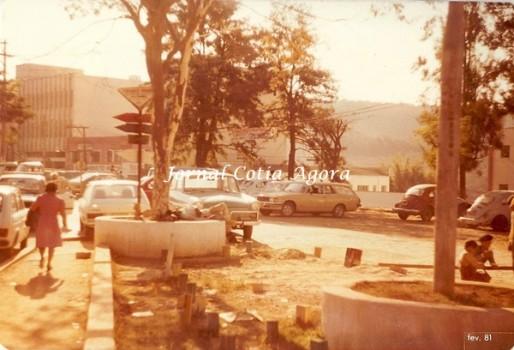 1981. Reparem nos detalhes da praça. como estacionamento e crianças brincando