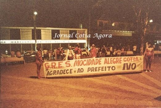 1985. Escola de samba concentrada para descer sambando no carnaval do Suvacão