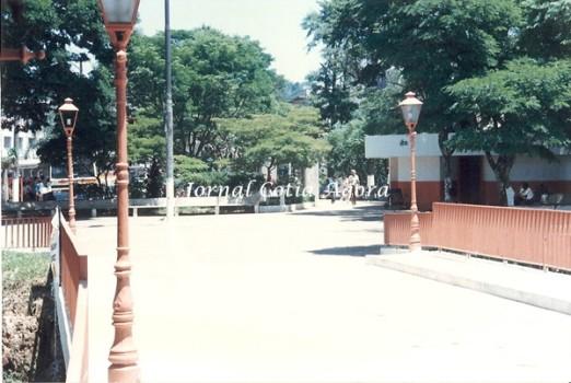 1994. Reparem a quantidade de bancos e o jardim no centro da praça