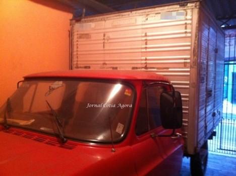 O caminhãozinho de Zé na garagem de sua casa