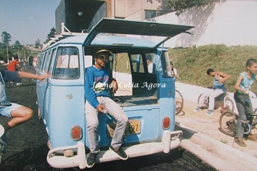 A Kombi do Preguinho, grande locutor e DJ de Cotia. Reparem que o asfalto tinha chegado a pouco tempo na frente da Doceria Fantasias