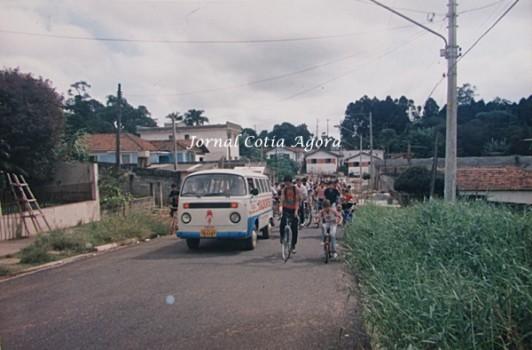Ciclistas chegam na Rua Eldorado, no Jardim Sabiá