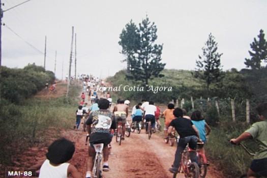 Molecada pedalando na Rua Savanas, no Jardim Eliana (ao lado do Ipê), ainda sem casas e asfalto