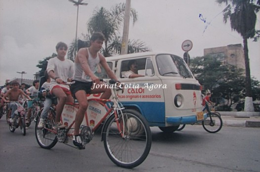 Valdecir e Claudião na bike, na Praça Joaquim Nunes