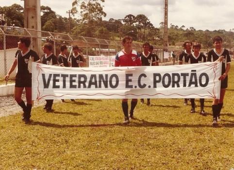 1985 e os veteranos do Portão, com Sidney Muradas ao centro.