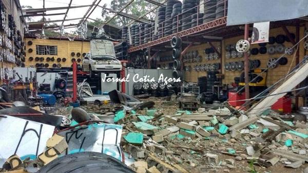 Centro automotivo em Vargem destruído