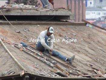 Retirada de telha é feita com cuidado