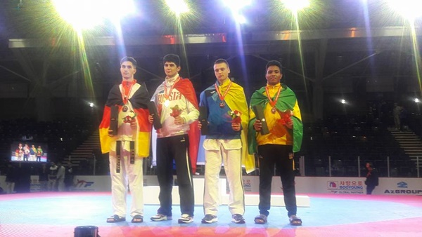 Leandro (4º) com a bandeira do Brasil e a medalha