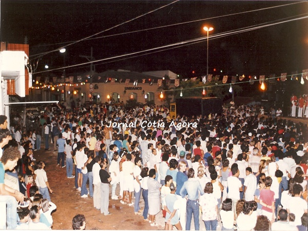 1988. Carnaval na Praça da Matriz com show dos Originais do Samba (bem no cantinho à direita)