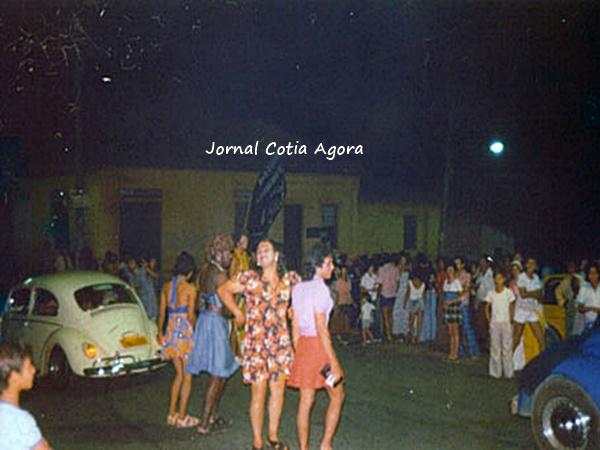 A foto enviada pelo Rodolfo Passos não tem o ano certo, mas é um grupo de homens que se vestia de mulher e saia para a gandaia do Carnaval. Aí é no Largo Padre Seixas, onde hoje tem o Auto Escola Fofão.
