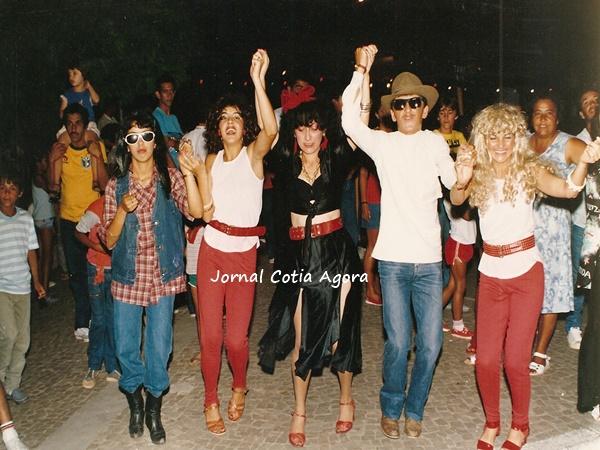 1988: Na Praça da Matriz, foliões fazem a festa: Turma da Vila São Francisco, na frente, a primeira pessoa não sei quem é, logo vem Penha, Rosa, Zezé e sua irmã. Atrás do Zezé, seu irmão Véia.