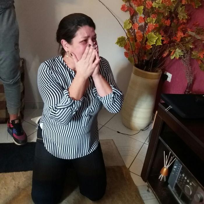 A mãe Mara emocionada com o sucesso do filho