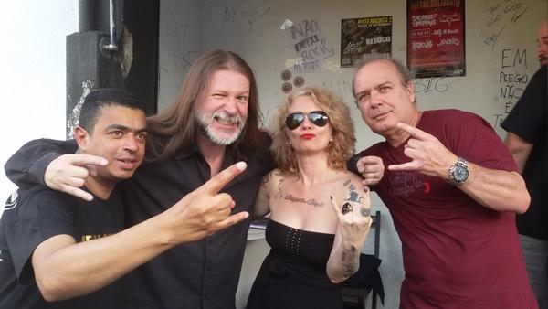 Claudio (camiseta roxa) e amigos do metal
