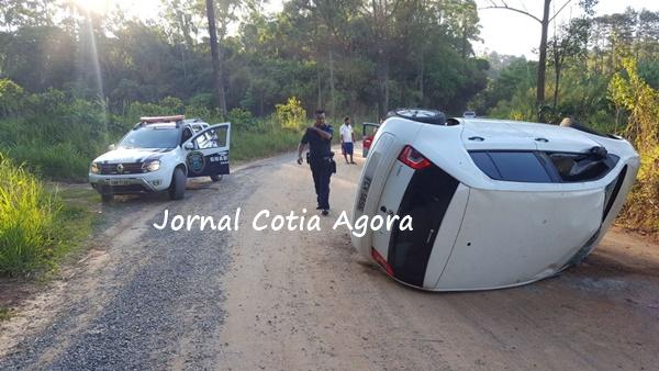 Carro usado pelos bandidos no dia 24 de novembro tombou em uma estrada após perseguição. Eles fugiram pela mata