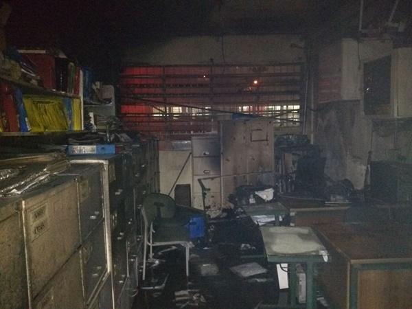 Parte da escola atingida pelo fogo