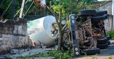 Caminhoneiro de Cotia morre após tombar betoneira em São Roque